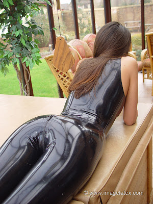 Amazing ass in tight black latex castuit