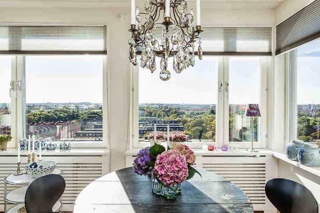 Duże, jasne okna w skandynawskim mieszkaniu