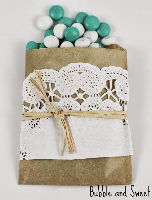 http://bubbleandsweet.blogspot.hu/2013/05/diy-mini-brown-paper-and-lace-snack-bags.html