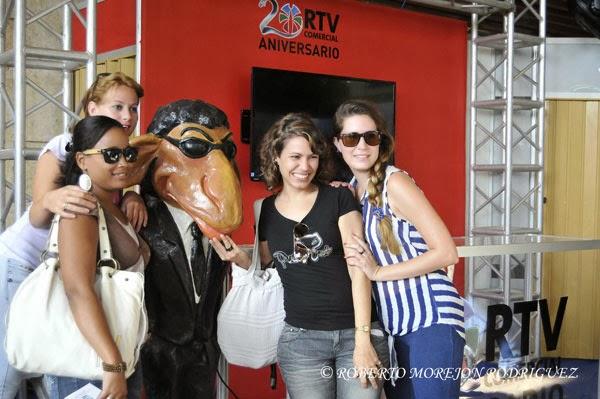 Jóvenes posan para una foto en el stand de RTV Comercial durante la XXXI Feria Internacional de La Habana, FIHAV 2013, en el recinto ferial de Expocuba
