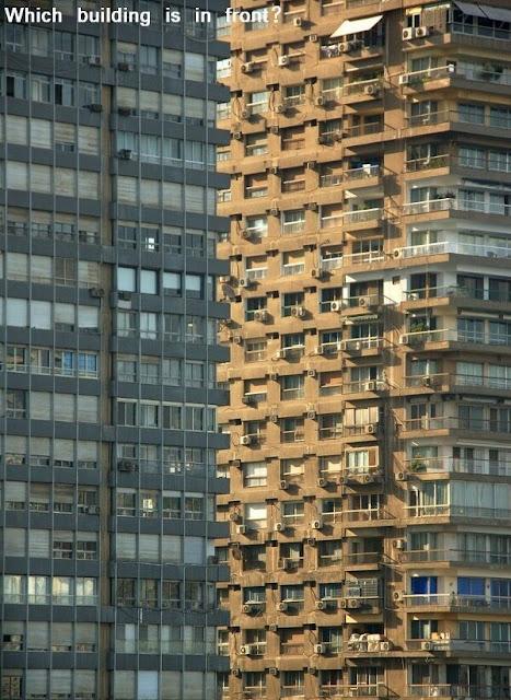 Welches Gebäude steht vorne?
