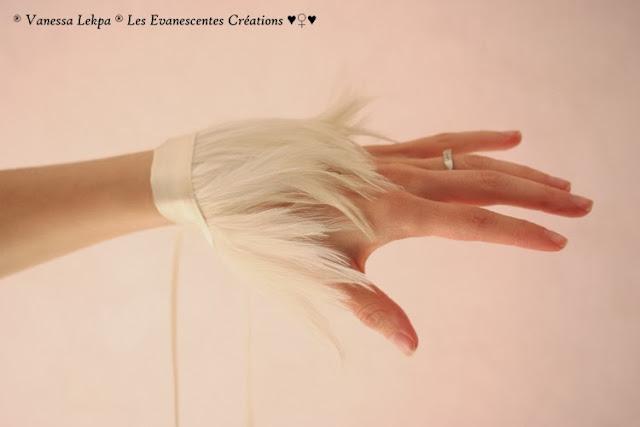 créations de vanessa lekpa, manchettes et bracelet de mariée en plumes ivoire véritables de 10 cm et en satin de soie. Photographie de poignet de femme et de jeune mariée