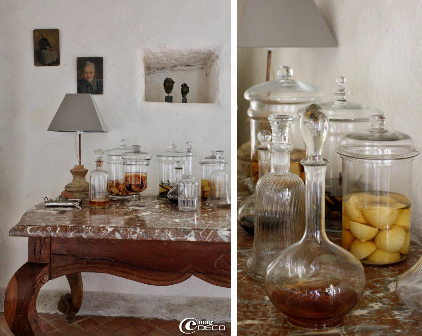 Collection de verrerie ancienne posée sur une table à gibier avec plateau en marbre du XVIIIème