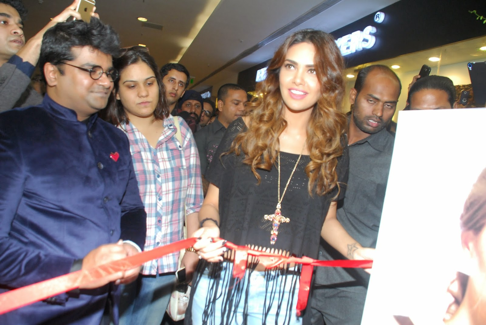 Esha Gupta Launch The New Splash Store Stills