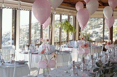Finalmente, el éxito de la decoración depende también del salón que se elija, en este caso los arreglos con globos blancos y cintas rojas y blancas,
