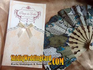 http://www.shidiqweddingcard.com/2016/01/paket-undangan-pe-08i-dan-souvenir.html