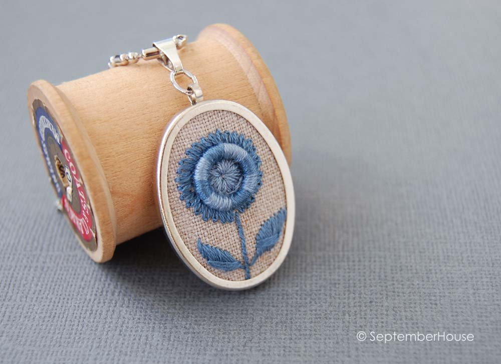 septemberhouse hand embroidery pendant necklace with flower pattern