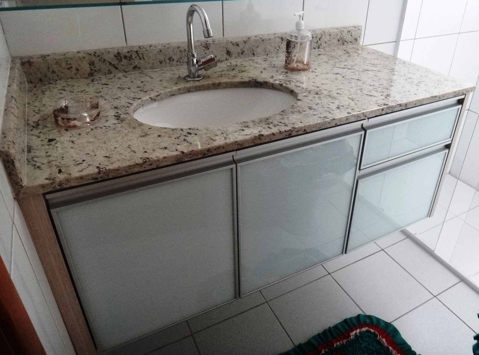Belenetto Marcenaria Personalizada: Banheiros com portas de vidro e  #5A4A3F 1600x1187 Armario Banheiro Aluminio