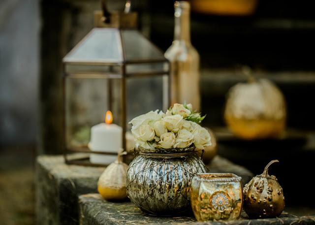 Złote ozdoby na ślubie i weselu.