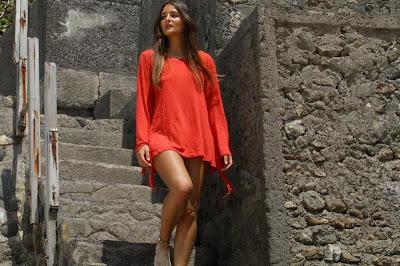 catarina migliorini en vestido rojo mostrando piernas