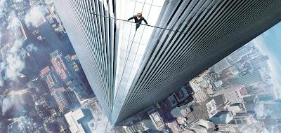 El equilibrista Philippe Petit, visto desde arriba, cruza por un alambre y sujetando una barra el espacio entre las torres gemelas de Nueva York. Sony, 2015.