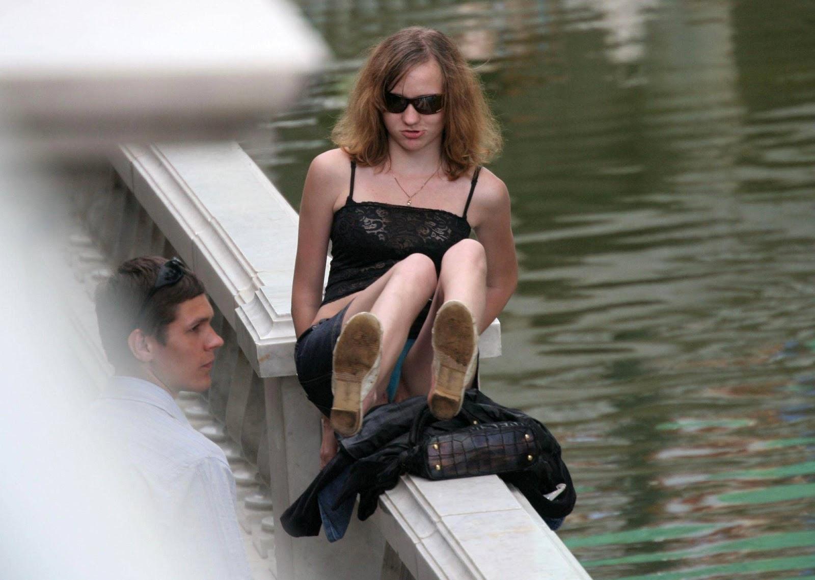 Фото под юбкой ни чего нет, Фото под юбкой без трусов - подглядываем под юбки 2 фотография