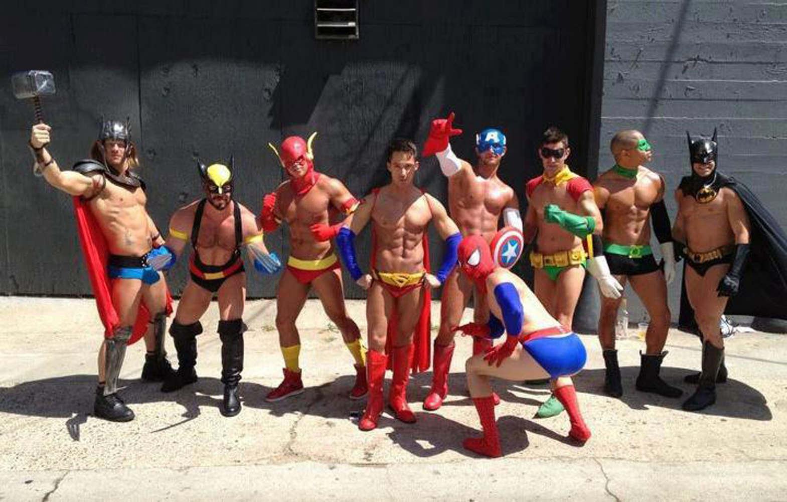groupe de cosplayers super heros version sexy comique