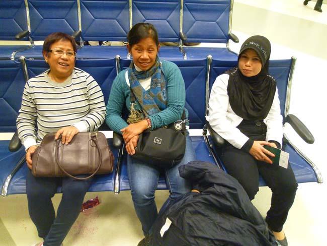 Santy hace amistades en el aeropuerto de Doha