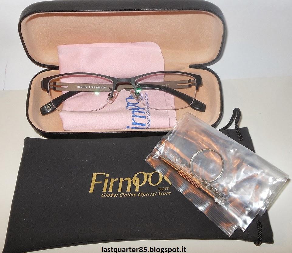Kit Firmoo: occhiali, due custodie, il panno per la pulizia e il kit di riparazione.