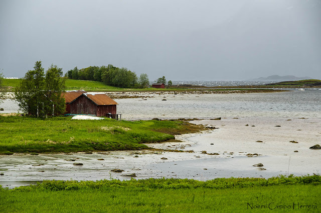 casita madera con agua en fiordo