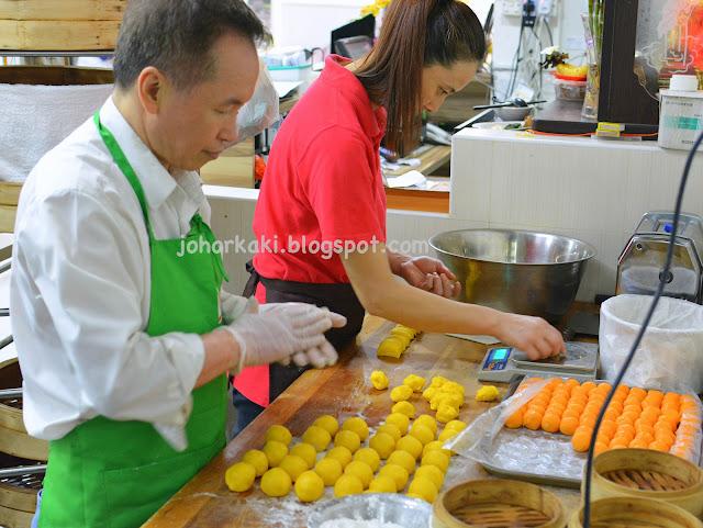 Peninsula-Hong-Kong-Egg-Custard-Mooncakes-East-Bistro-Singapore