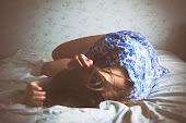 Que esta almohada sabe más de lágrimas que de sonrisas entre sábanas.