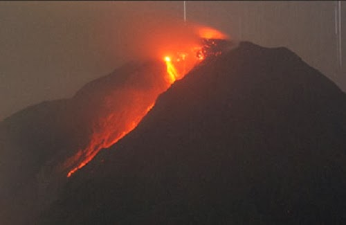 Gunung Kelud meletus (foto fajar.co.id)