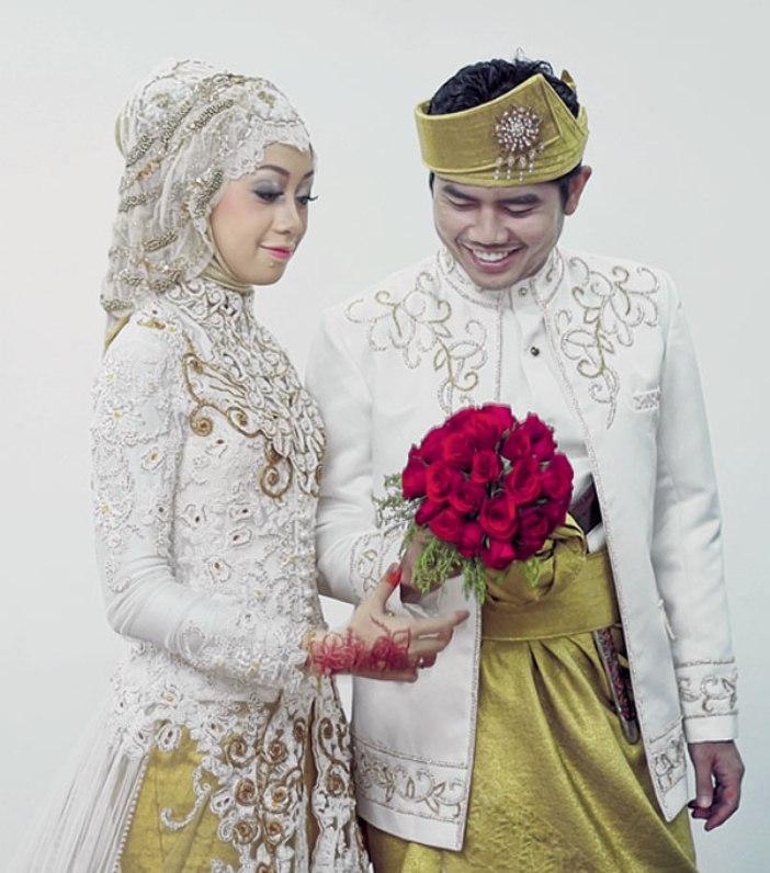 Koleksi model kebaya pengantin berjilbab dengan desain modern terbaru