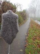 """TE KOOP: langharige grijze """"bont""""shawl. Heel zacht, net echt bont.zie bij luxe sjaals te koop."""
