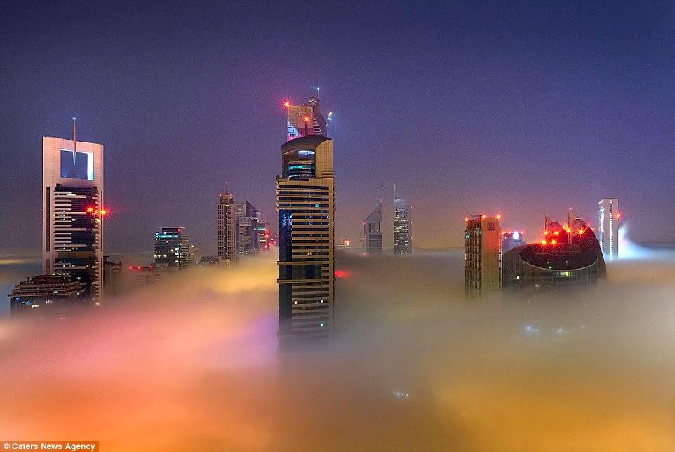 ناطحات دبي فوق الضباب غروب الشمس وبعض الأنوار