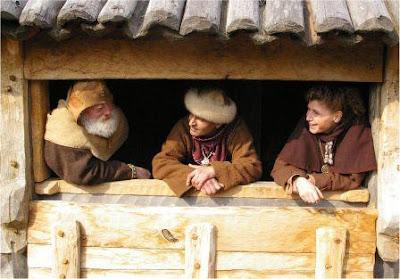 Pogawędka mieszkańców osady na bramie grodu