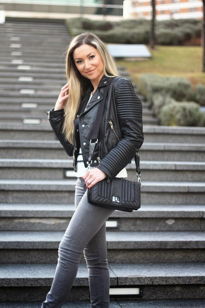 Hoje, no Look do dia, em destaque a tendência que se mantém: o Casaco Motard ou Biker Jacket de couro preto, também conhecido como Perfecto. Outfit. Dicas de Moda e Imagem no Blog de Moda Style Statement. Camisola de malha com riscas, skinny jeans, cinza. Blog de moda portugal, blogues de moda portugueses.