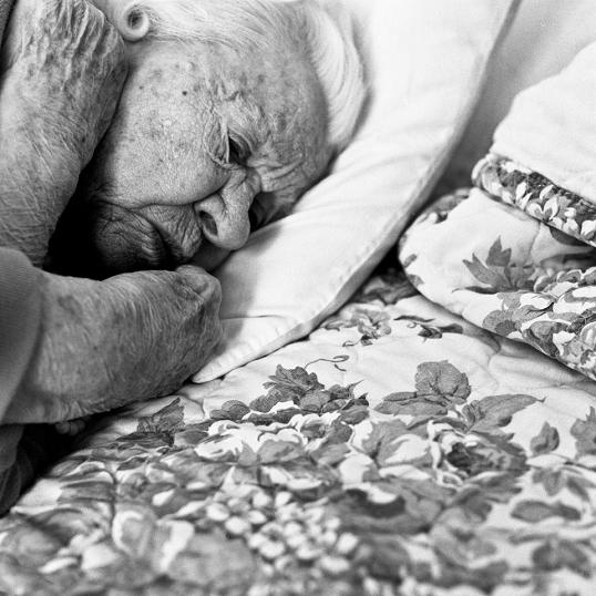 leah beach waiting fotografia idosos asilo doença alzheimer