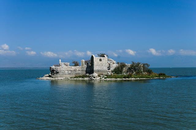 Czarnogóra - Więzienie na wyspie na Jeziorze Szkoderskim