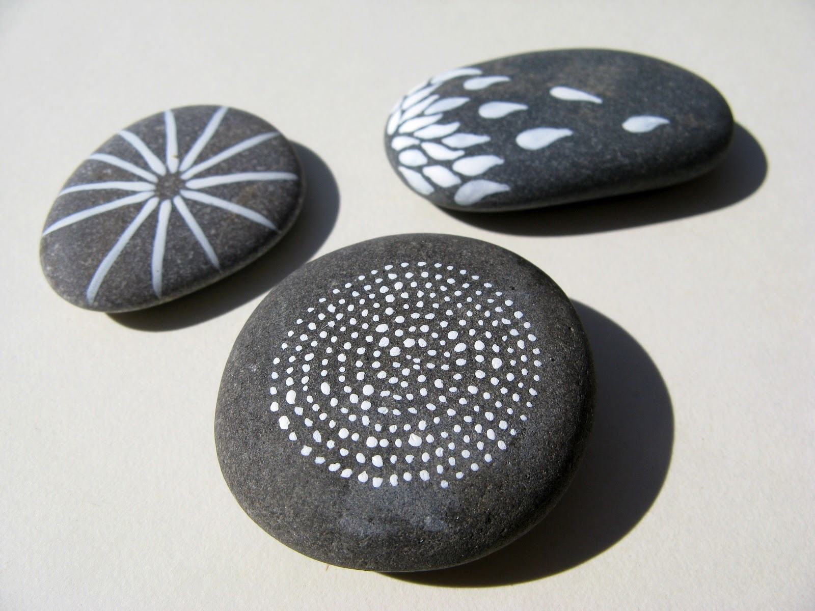 Recicla inventa piedras originales piedras pintadas for Tecnica para pintar piedras