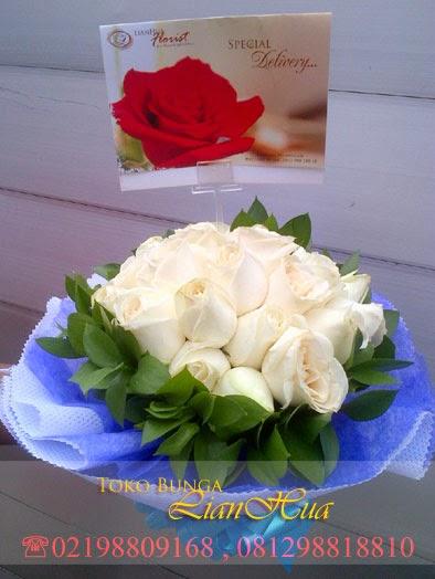 Rangkaian indah bunga mawar putih