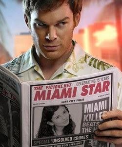 Dexter Morgan lendo sua capa de revista