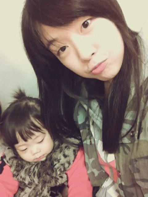 Minah Adorable Selca With Niece 01
