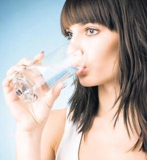 Cuanta agua debo tomar diariamente para bajar de peso?