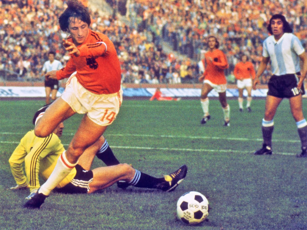 Johan Cruyff of the Netherlands rounds the Argentine keeper - World Cup 1974