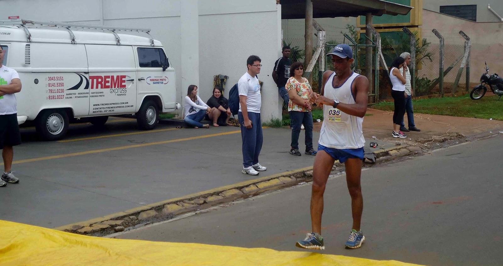 Foto 55 da 1ª Corrida Av. dos Coqueiros em Barretos-SP 14/04/2013 – Atletas cruzando a linha de chegada