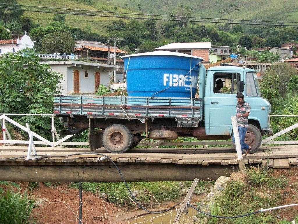 Ponte de Cruzeiro é de madeira e não apresenta segurança
