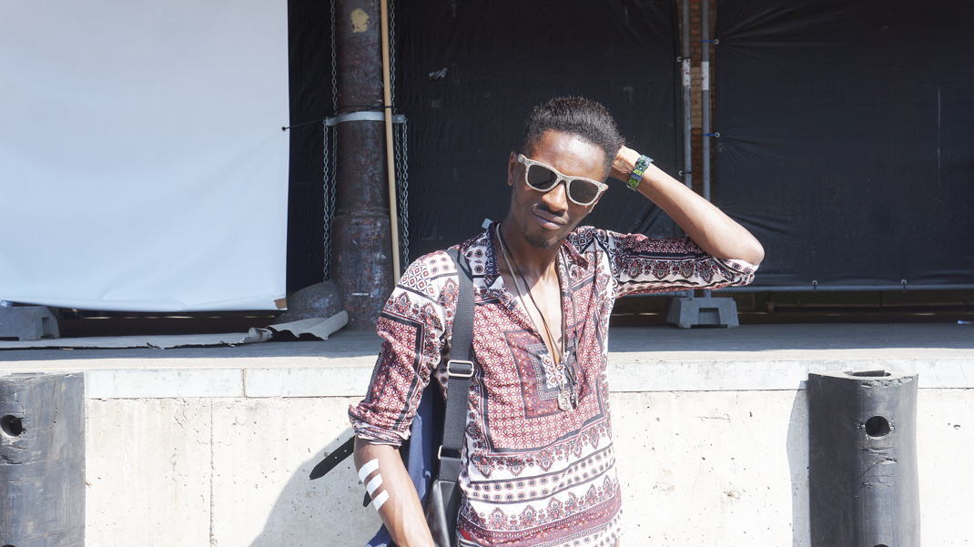 Jon The Gold explores COULEUR CAFé 2015 MUSIC FESTIVAL - Menswear blogger in Brussels wearing zara shorts , river island sneakers , lee belgium backpack , beaver bril