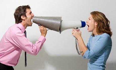 اكبر التحديات والمصاعب التي تواجه الأزواج العاملين - رجل امرأة مكبر صوت يصرخان - صوت عالى -woman yelling at man megaphone-man-woman-shout scream