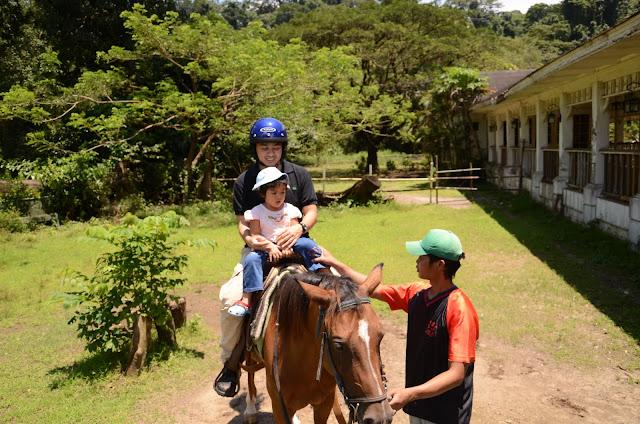 Daddy & Kecil get settled on the horseback