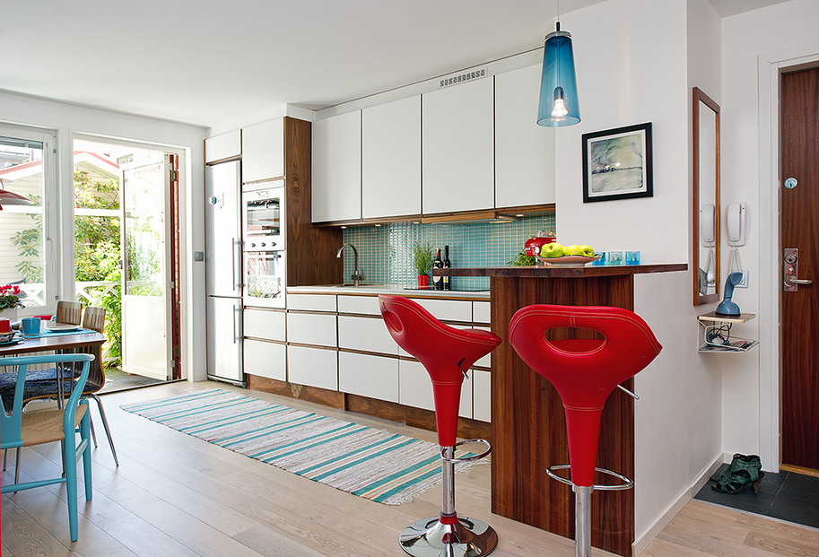 cozinha aberta para sala, decoração em azul e vemelho, Decorar a casa de forma simples, decoração com amor.