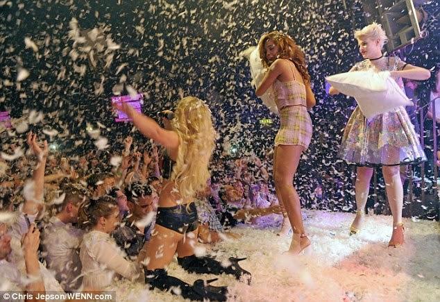 المغنية الانكليزية الشقراء اليكسا غودارد خلال غنائها في نادي في لندن