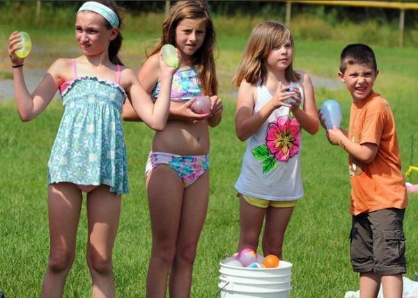 Todos preparados con sus globos de agua