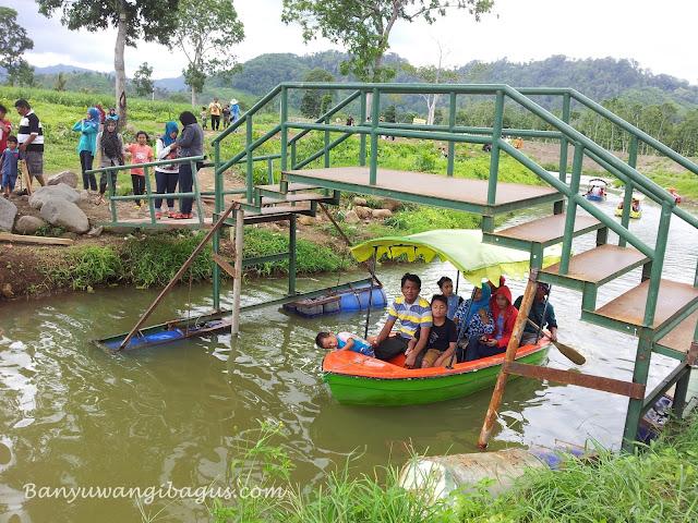 Naik perahu di waduk Sidodadi Glenmore, Banyuwangi.