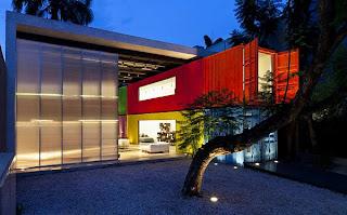 Tienda construida con contenedores marítimos