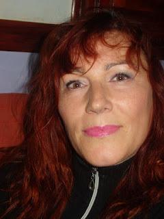 maquillaje de ojos azul con delineado azul y plata