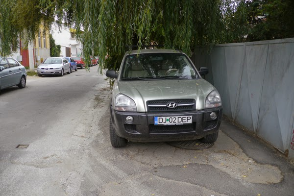 trotuar blocat pe Strada Banu Mihalcea din Craiova