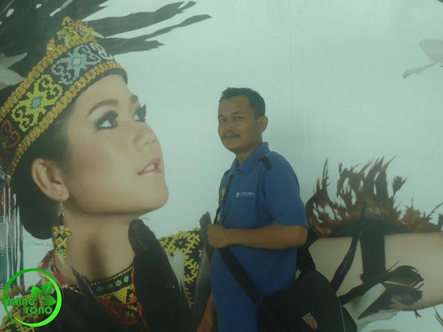 Berfoto di Bandara Internasional Sultan Aji Sulaiman, Sepinggan.