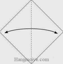 Bước 1: Gấp đôi tờ giấy lại để tạo nếp gấp sau đó mở ra.
